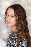 Portret ładna nastoletnia dziewczyna z długim falistym włosy fotografia royalty free