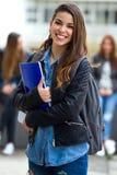 Portret ładna studencka dziewczyna w ulicie po klasy obraz stock