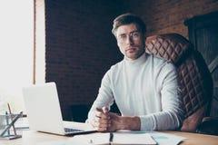 Portret ładnego atrakcyjnego zadowolonego dalekiego pomocniczego konsultanta samozatrudniający się freelancer ja fajtłapa handlu  zdjęcia royalty free