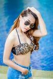 portret Ładnej młodej azjatykciej mody seksowna kobieta w okulary przeciwsłoneczni pos zdjęcia stock