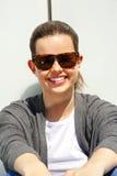Portret ładnej młodej kobiety uśmiechnięty zbliżenie nad biel ścianą zdjęcie royalty free