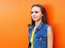 Portret ładny dziewczyny być ubranym cajgi przekazuje nad kolorowym Zdjęcie Royalty Free