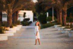 Portret ładny dziewczyny odprowadzenia puszek aleja fotografia stock