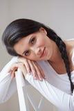 Portret Ładny kobiety obsiadanie W krześle Indoors Fotografia Royalty Free