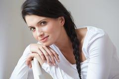 Portret Ładny kobiety obsiadanie W krześle Indoors Zdjęcie Stock