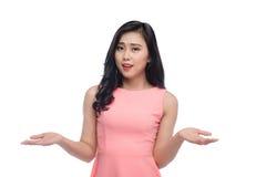 Portret ładny młody azjatykci kobiety gestykulować no zna sig Obraz Stock