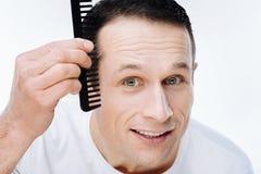 Portret ładny pozytywny mężczyzna używa gręplę zdjęcie royalty free