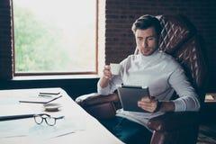 Portret ładny ruchliwie atrakcyjny zadowolony lidera dyrektora spółkiego założyciela nieruchomości specjalista pije gorącą kawę obraz royalty free