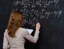 Portret ładny uczeń robi maths na blackboard Fotografia Stock