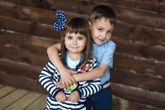 Portret ściska jego małej siostry młodszy brat Zdjęcie Royalty Free