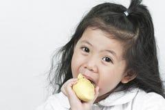 Portret śliczna Azjatycka dziewczyna, podczas gdy jedzący świeżego durian gotowego na w Zdjęcie Stock