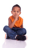 Portret śliczna azjatykcia chłopiec sadzająca na podłoga Zdjęcia Royalty Free