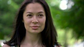 Portret śliczna azjatykcia kobieta patrzeje zamyślenie Słaby wiatr dmucha jej włosy lekki uśmiech zbiory wideo