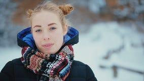 Portret Śliczna Błękitnooka młoda kobieta zbiory wideo