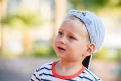 Portret śliczna blond chłopiec jest uśmiechnięty fotografia stock
