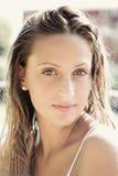 Portret śliczna blond dziewczyna z mokrym włosy i niebieskimi oczami Zdjęcia Stock