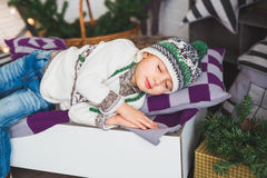 Portret Śliczna chłopiec śpi na łóżku w studiu Zdjęcie Stock