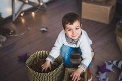 Portret Śliczna chłopiec bawić się na podłoga Obrazy Stock