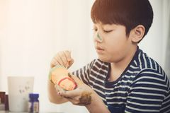 Portret śliczna chłopiec messily bawić się z farbami fotografia stock