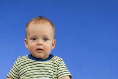 Portret śliczna chłopiec patrzeje kamerę zaskakującą Uroczy sześć miesięcy starych dzieci patrzeje oddalony ciekawego Dziecko Fotografia Royalty Free