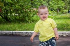 Portret śliczna chłopiec w parku Zdjęcia Royalty Free