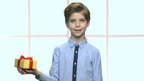 Portret śliczna chłopiec z prezenta pudełkiem zbiory