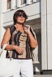 Portret śliczna dorosła kobieta jest ubranym okulary przeciwsłonecznych fotografia royalty free