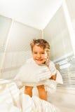 Portret śliczna dzieciak chłopiec ma zabawę w jego sypialni Obraz Stock
