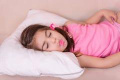 Portret Śliczna dziewczyna śpi na łóżku z zdjęcia stock