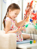 Portret śliczna dziewczyna bawić się z farbami zdjęcie royalty free
