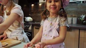 Portret śliczna dziewczyna dekorować ciastka z glazerunkiem zbiory wideo