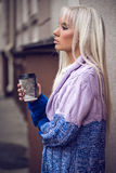 Portret śliczna dziewczyna z kawą outdoors Fotografia Stock