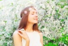 Portret śliczna kobieta z kwiecistą kapitałką cieszy się odór wiosnę kwitnie obraz royalty free