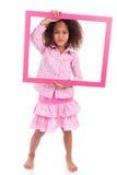 Mała amerykanin afrykańskiego pochodzenia dziewczyna trzyma obrazek ramę Fotografia Royalty Free