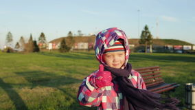 Portret śliczna mała dziewczynka ono uśmiecha się kamera pokazuje aprobaty zdjęcie wideo