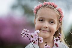 Portret śliczna mała dziewczynka z blondynka włosy plenerowym grodowa cesky dziedzictwa krumlov sezonu wiosna przeglądać świat obrazy royalty free