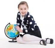 Portret śliczna mała dziewczynka z kulą ziemską. Zdjęcie Royalty Free
