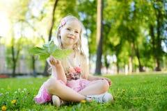 Portret śliczna mała rozochocona dziewczyna outdoors na letnim dniu Zdjęcia Royalty Free