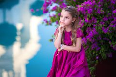 Portret śliczna piękna dziewczyna z długie włosy w princess sukni zdjęcia stock