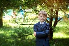 Portret śliczna szkolna chłopiec z plecakiem outdoors Obraz Royalty Free