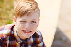 Portret śliczna uśmiechnięta chłopiec na słonecznym dniu fotografia royalty free
