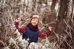 Portret śliczna uśmiechnięta chłopiec w ciepłym zima lesie fotografia stock