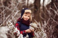Portret śliczna uśmiechnięta chłopiec w ciepłym zima lesie obrazy royalty free