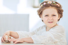 Portret śliczna uśmiechnięta mała dziewczynka w princess sukni obraz royalty free
