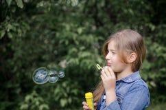 Portret śliczna urocza mała dziewczynka dmucha mydlanych bąble Zdjęcie Stock