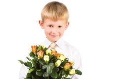 Portret śliczne chłopiec mienia róże Obrazy Royalty Free