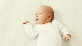 Portret ślicznego dziecka słodki dosypianie na łóżku fotografia stock