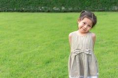 Portret ślicznej małej Azjatyckiej dziewczyny Szczęśliwy i śmieszny bawić się w g Obraz Royalty Free