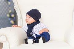 Portret śliczni chłopiec ono uśmiecha się i obsiadanie Uroczy cztery miesięcy stary dziecko Obrazy Stock