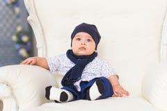 Portret śliczni chłopiec ono uśmiecha się i obsiadanie Uroczy cztery miesięcy stary dziecko Fotografia Royalty Free